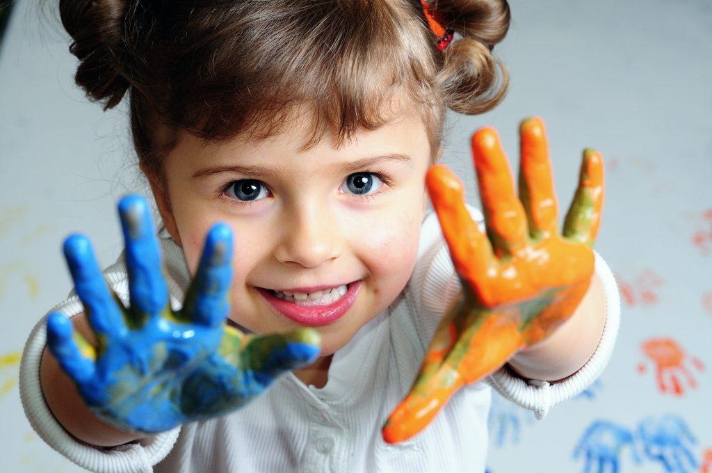 terapia de familia, niña jugando con pintura