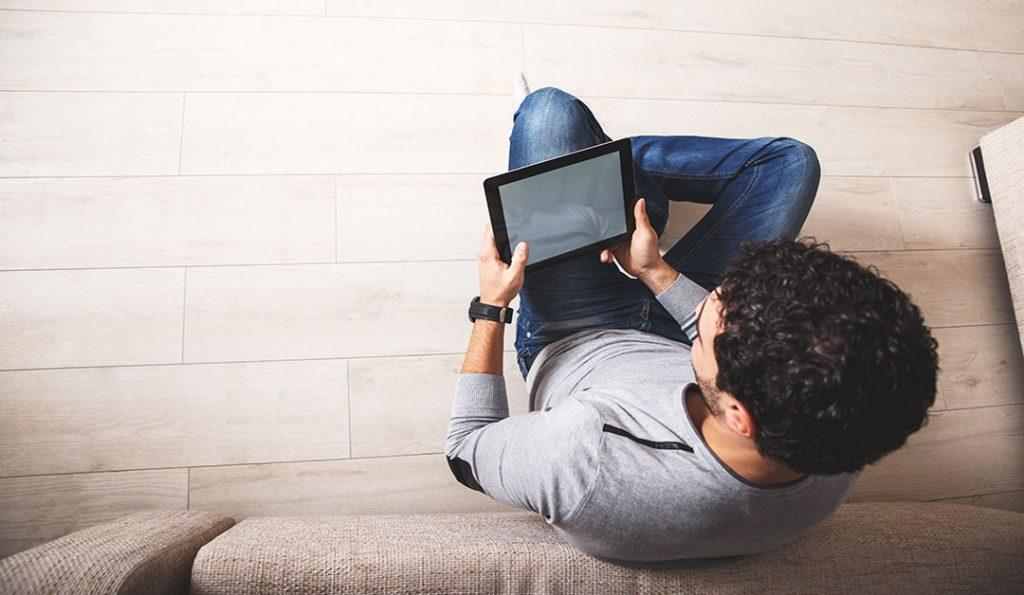 Chico mirando una pantalla para la terapia online
