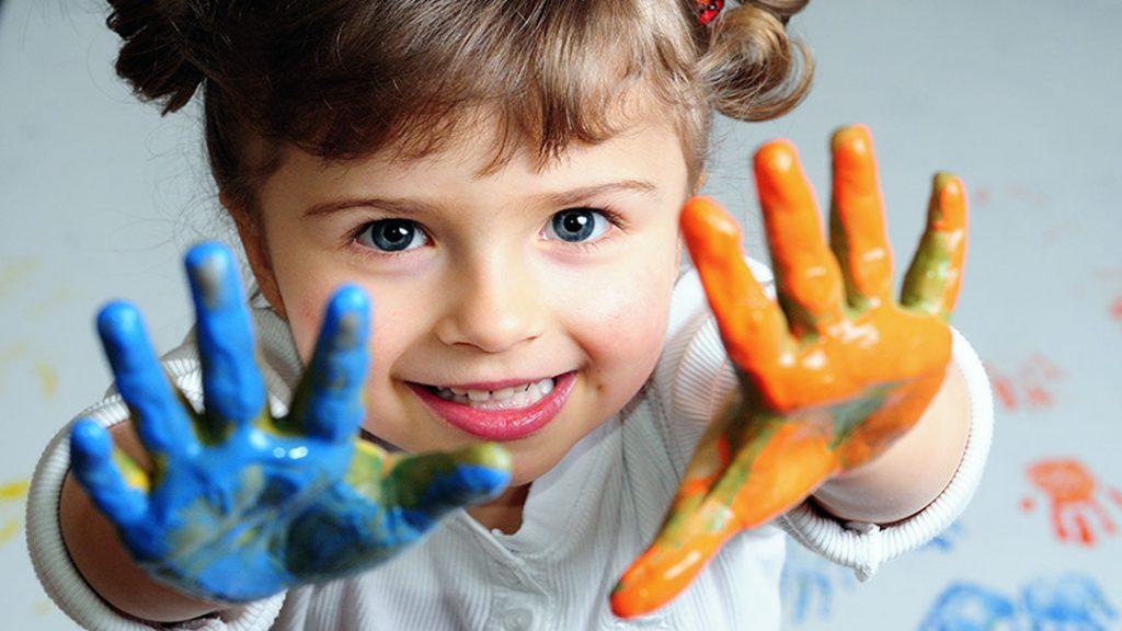 niña con los dedos pintados terapia familiar