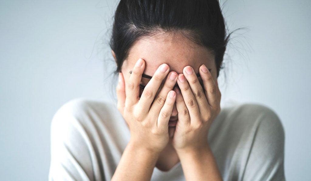 Ansiedad, una chica se tapa los ojos